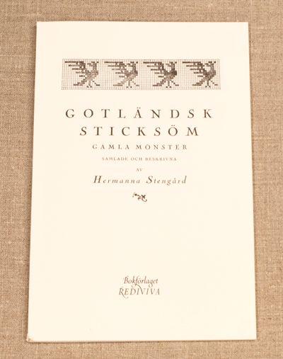I bokhyllen: Gotländsk-sticksöm-faksimileutgave 2014 av den gamle originalen fra 1925.