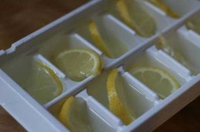 Puedes hacer hielo con pequeños trozos de limón. Servirán para tu té, agua y otras bebidas