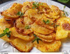 Oloupané brambory nakrájíme na cca 3 mm plátky. Jogurt smícháme se všemi přísadami. Brambory v marinádě dobře obalíme.Plech s pečícím papírem...