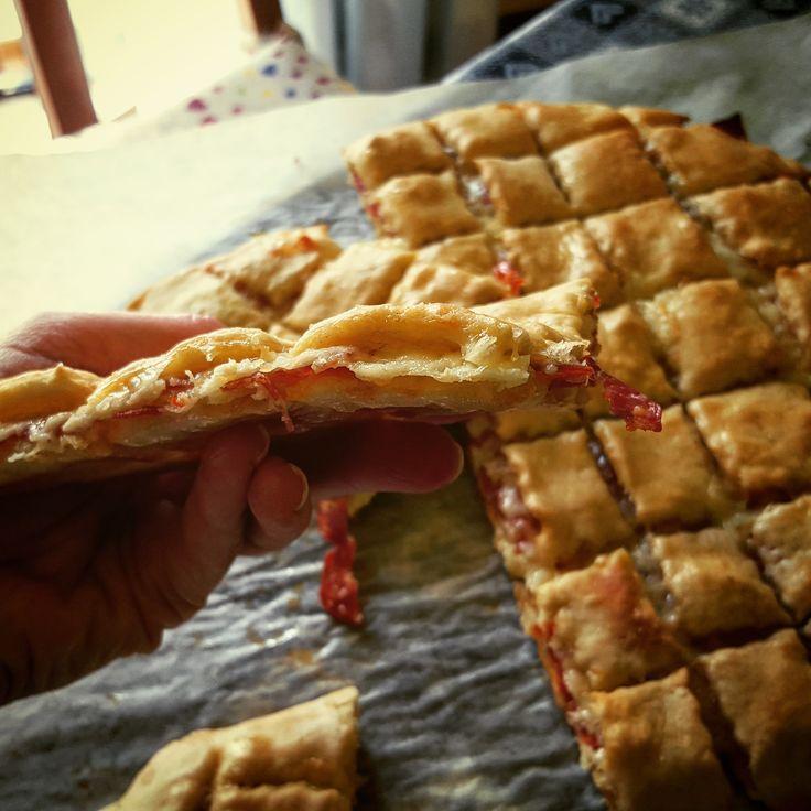 Croccantella o anche bretzel farcito. Avete presente il pane tipico tedesco, austriaco a forma di anello intrecciato…? Ecco questa focaccia alternativa è fatta con l'impasto base dei br…
