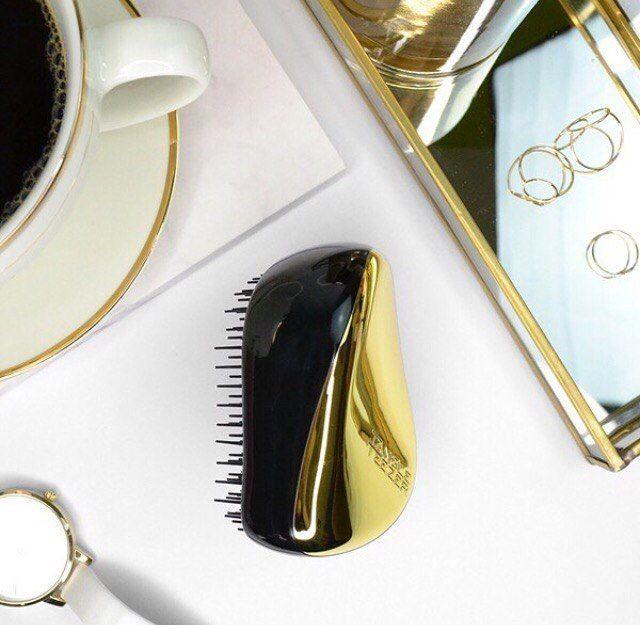 Мечтаешь о роскошных волосах, идеальной укладке и лёгком расчесывании? Тогда Compact Styler Gold Rush от Tangle Teezer — для тебя!   Уникальные зубчики разной длины бережно распутывают сухие и влажные локоны, не повреждая их. С этой расчёской волосы становятся мягкими и блестящими.