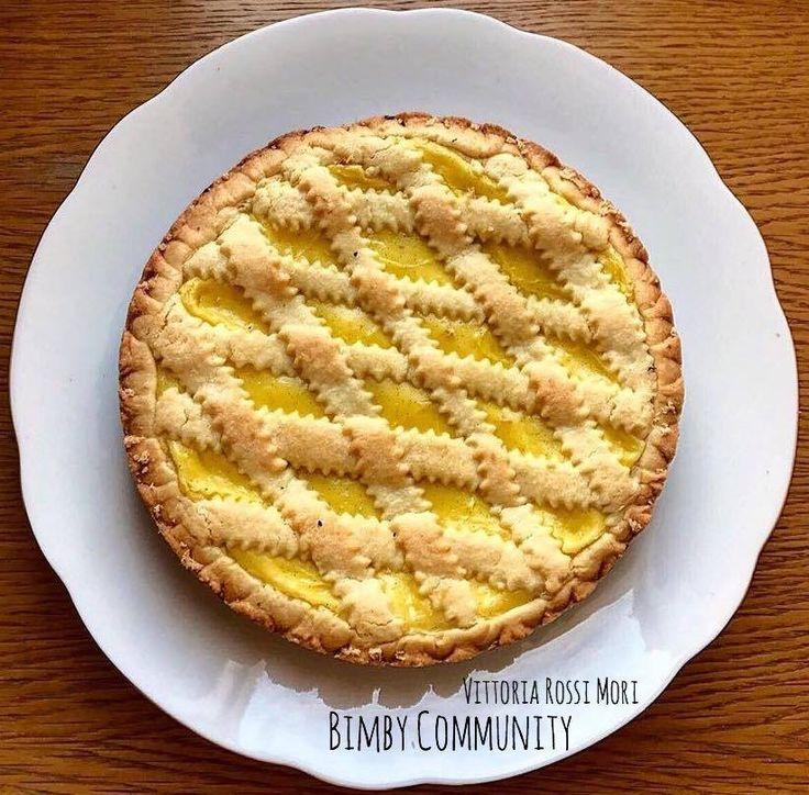 La Crostata di Pasta Frolla con Crema Pasticcera è la classica torta che mette d'accordo grandi e piccini e ed è perfetta in qualsiasi ora della giornata.