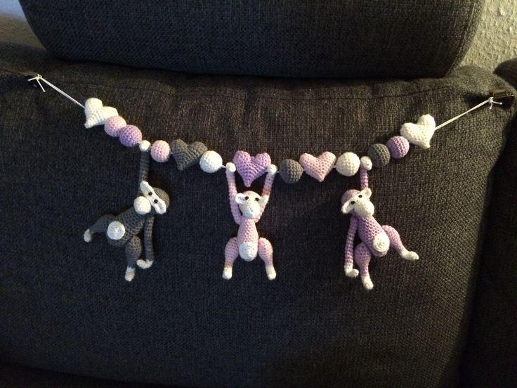 Barnevognskæde med aber inspireret af Kaj Bojesen aben. Forholdsvis svær opskrift, men bestemt tiden værd.