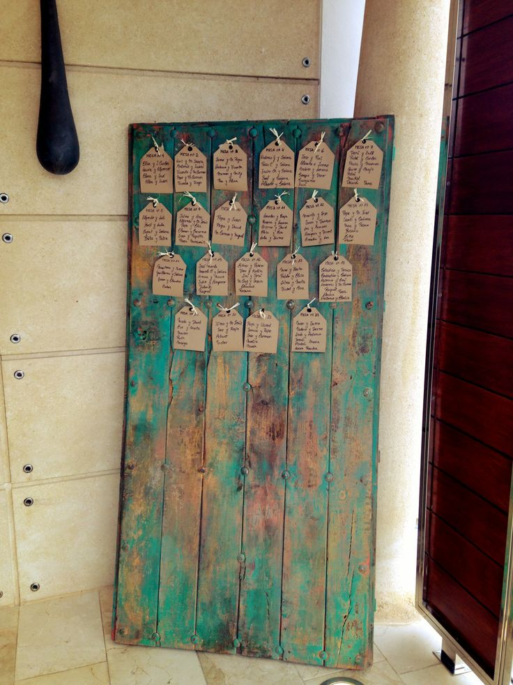 Listas de los invitados colgadas sobre una puerta antigua restaurada