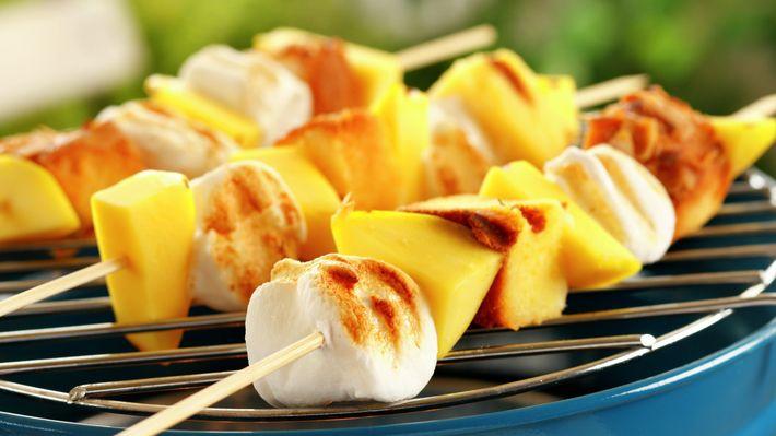 Dessertspyd på grillen (eller bålet)  (Y)  http://www.matprat.no/oppskrifter/kos/dessertspyd-pa-grillen/   FOLLOW me on Facebook, I am always posting AWESOME stuff!: https://www.facebook.com/gulkri  Join my  support group for more recipes, motivation, encouragement and more! https://www.facebook.com/groups/happystep  Follow my Pinterest Boards: http://www.pinterest.com/gunnkari/