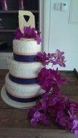 Deze #bruidstaart van #Patisserie #Vermeer is versierd met barok. De kleuren #blauw en #roze waren het thema van de bruiloft, die ook verwerkt zitten in de taart. In plaats van een bruidspaartje bovenop, staan hier de initialen, gemaakt van witte #chocolade. Dit geeft een persoonlijk accent aan de taart. De vulling van de taart valt zelf te bepalen.