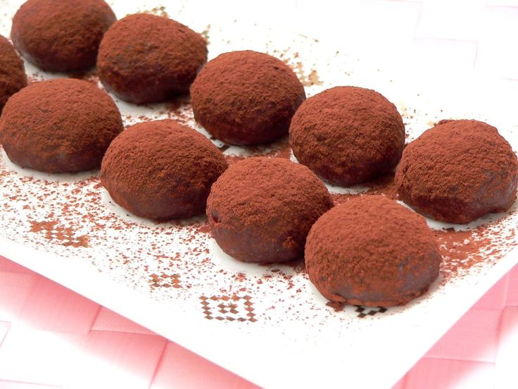 切り餅に板チョコを練り込んで、もちもちとろとろのチョコレート餅を作ります。