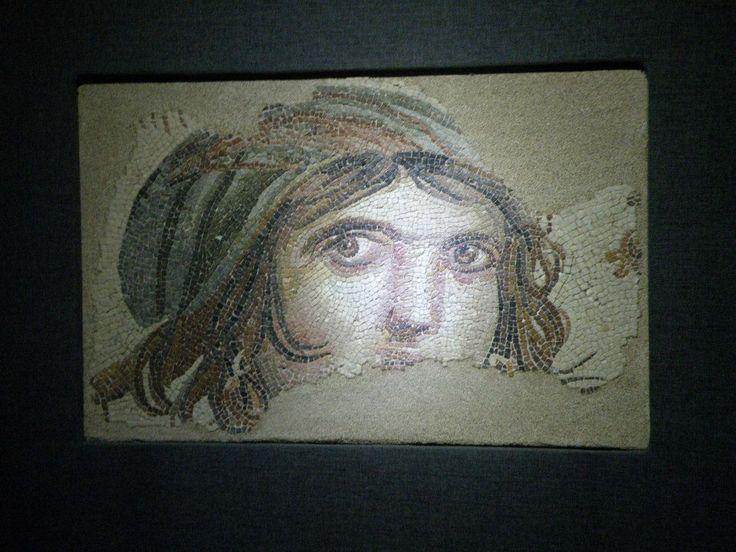 Meşhur Çingene Kızı. Müzenin en değerliği mozaiği olsa gerek. Özel bir odada saklanıyor.