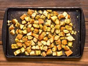 Croutons podem ser preparados ao forno, frigideira ou até mesmo micro-ondas.