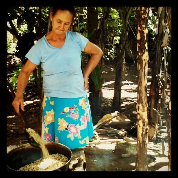 Dona Palmira torrando café orgânico na roça do Tabuleiro. Cheiro bao dimais da conta.  .@samuelpousadagameleira | Dona Palmira torrando café orgânico na roça do Tabuleiro. Cheiro bao dimais d... | Webstagram - the best Instagram viewer