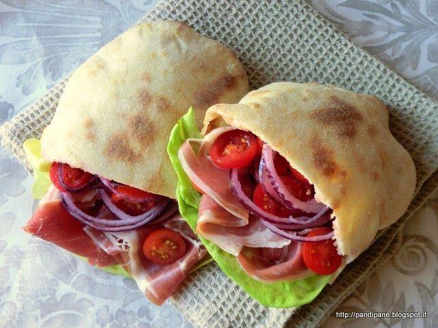 Questo semplicissimo tipo di pane molto morbido e leggero, si presta ad essere farcito come meglio piace. Infatti in cottura di gonfia completamente , formando una parte vuota all'interno, una volta t