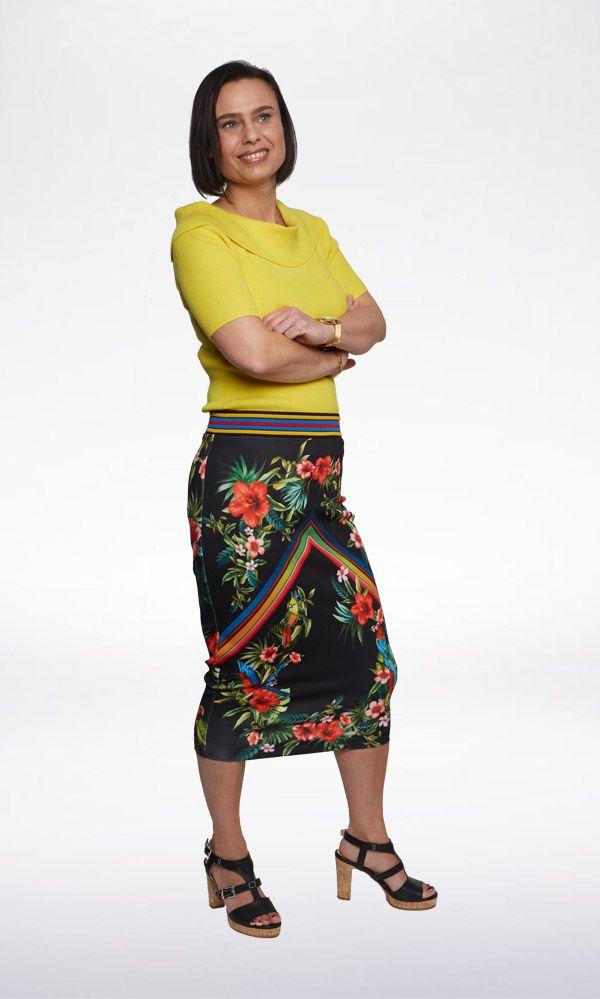 SHINE! Deze rok uit de nieuwe voorjaarscollectie van Pinko is perfect voor een zomerse en feestelijke dag. De gele, ribgebreide top maakt je look bovendien extra zomers én up-to-date; off-shoulder is één van de grootste trends van het seizoen!