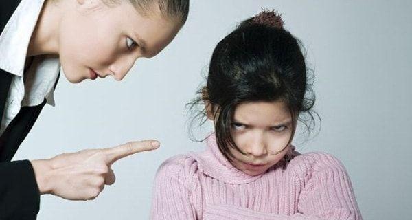 """Bố mẹ có yêu con đến mấy nhưng trong quá trình nuôi dạy con đều không thể tránh được những lúc bị con làm cho bực bội.Nhiều cha mẹ cho rằng việc quát mắng con là """"vũ khí"""" lợi hại để kết thúc những việc làm sai trái hay quậy phá của các cô cậu …"""
