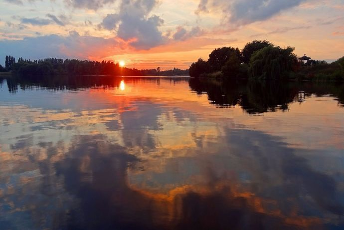 How lakes can generate electricity  One of its major advantages is the ability to produce power only when needed. Solar and wind, on the other hand, require backup batteries when the sun isn't shining or the wind isn't blowing. Moreover, batteries aren't cheap, and they often are made of … #windenergyadvantages