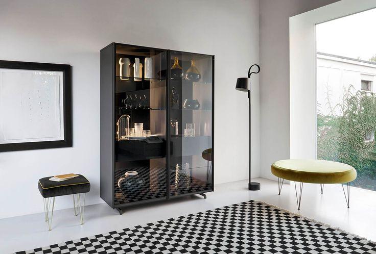 Die hohen Glastüren sind mit getönten Glas versehen, welches leicht verspiegelt ist.   #Glasvitrine #vitrine #showcase #glasscabinet #Kommode #Buffet #Sideboard #Wohnzimmer #livingroom #Esszimmer #diningroom #einrichten #interior #interiordesign #decorating #furniture #stauraum