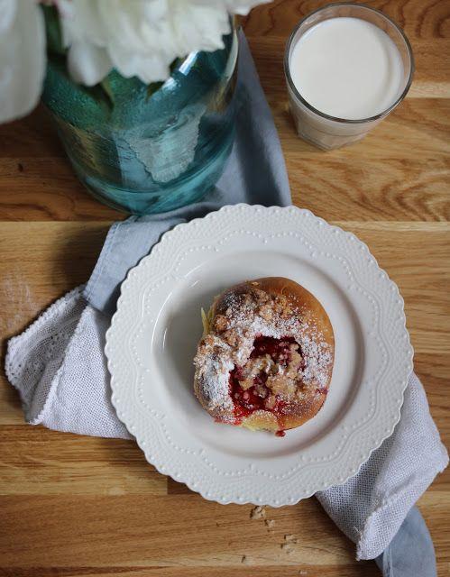 Qchnia Osobista : Bułeczki drożdżowe z truskawkami i kokosową kruszo...