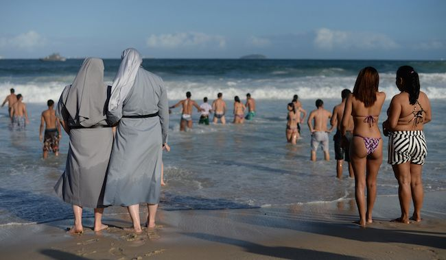 Deux sœurs sur la plage de Copacabana ©Yasuyoshi Chiba / AFP