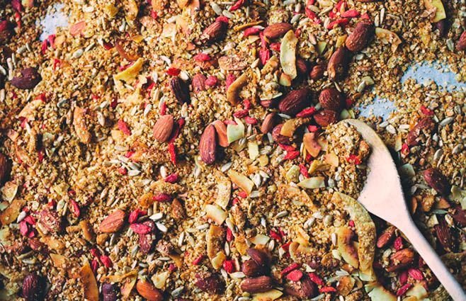 Vi har her på redaktionen været så heldige at få besøg af duo'en David og Luise, som står bag bloggen Green Kitchen Stories. De har været så søde at dele denne lækre opskrift med os. Sådan gør du Forvarm ovnen til 175°C. Gør en bageplade klar med bagepapir. Bland flager, mandler, solsikkekerner, kokoschips, kardemomme, ingefær og gurkemeje i en stor skål. Smelt honning og kokosolie i en gryde over svag varme. Hæld det over granolablandingen, og brug dine hænder til at blande alt godt. Bred…