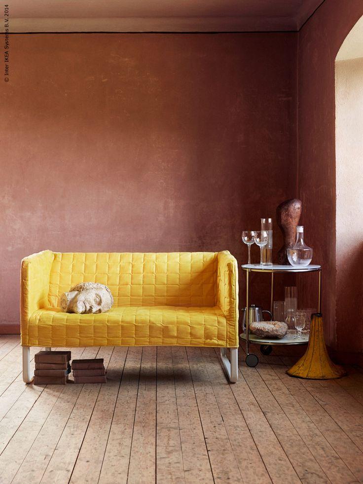 KNOPPARP soffa, design Nike Karlsson, är en flexibel nomad som lätt flyttar sig mellan tid och rum. STRIND sidobord, STOCKHOLM karaff, STOCKHOLM vinglas, HÄMTA karaff, ANRIK kaffe- /tépress.