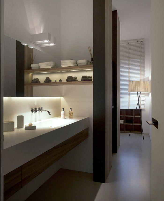 Vaak vergeten, mooie accentverlichting onder de badkamerkasten en planken. Cosy Eclectic Apartment by Fabio Fantolino cozy bathroom