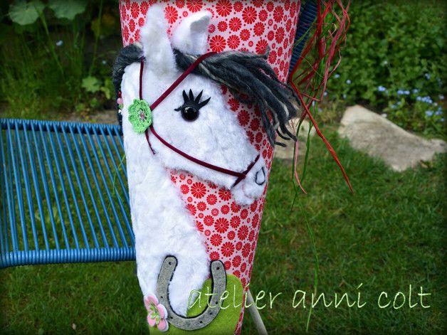 Hier biete ich euch eine wunderschöne **Pferde-Schultüte**. Sie ist mit rosa Baumwolle bezogen. Der Stoff hat ein zauberhaftes allover Muster aus roten Blüten. Die Spitze der Schultüte ist mit...