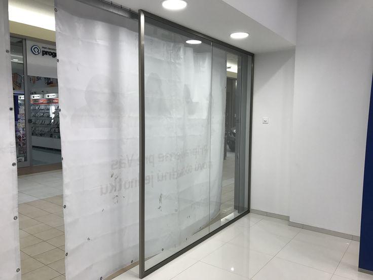 sklenená fixná priečka osadená do svorkového profilu - nákupné centrum