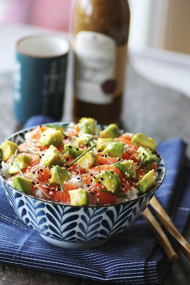 Un grand classique japonais, voici la recette du Chirashi saumon et avocat avec son délicieux riz rond vinaigré par Piment Oiseau.