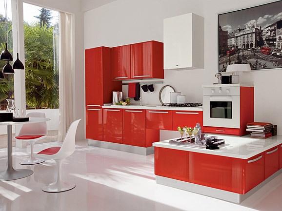 Cucina moderna angolare rosso lucido con piano squadrato