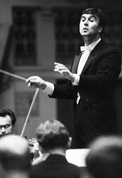 Hier leitet Claudio Abbado das Tschechische Philharmonische Orchester während des Festivals Prager Frühling 1968 -  ©Jovan Dezort (dpa)