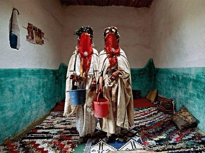 Marrocos curiosidades sobre casamentos: na região montanhosa do Alto Atlas do Marrocos é tradicional o casamento em massa entre as Berbers (grupo racial do norte da África) que inclui quatro dias de rituais cerimoniais. Em um deles as noivas se purificam com águas recolhidas de um rio utilizando seus trajes digamos peculiares. by viagempara http://ift.tt/27Lwocw