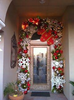 puertas navideas decoradas con copos de y guirnaldas navideas