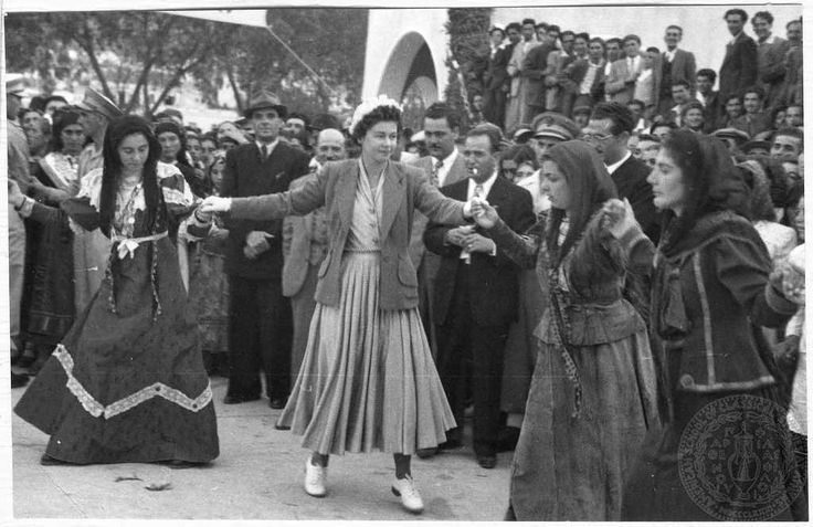 Η Βασίλισσα Φρειδερίκη χορεύει τοπικό παραδοσιακό χορό στον δήμο Ολύμπου της Καρπάθου. Κάρπαθος Date Period:1952-1954 Repository:GENNADIUS LIBRARY ARCHIVES Collection Title:   Photographs from the Historical ArchivesNikolaos Mavris