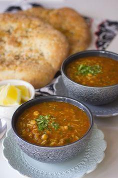 Harira är en nyttig och mättande soppa från Marocko. Det är en traditionell rätt som oftast serveras under ramadan (fastemånad). Den är stärkande och passar därför perfekt att bryta fastan med efter en lång dag. Bredvid har man gärna dadlar och ett glas mjölk. Harira kan även tillagas med kött men jag gör min vegetarisk. …