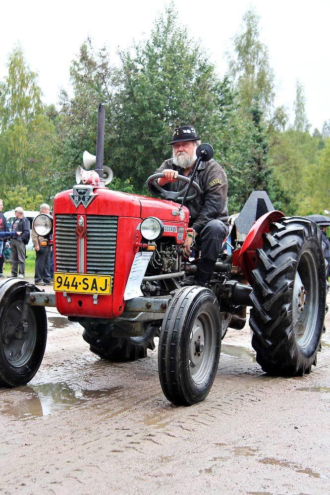 Arto Jussilan vuoden 1965 Massey Ferguson on valmistettu Ranskassa. Rauta ja Petrooli 2015. Kuva: Aamuposti, Pia Hyle