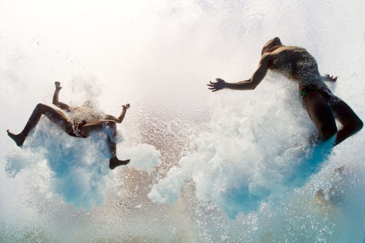 Spagna, Barcellona: i tuffatori messicani Ivan Garcia e German Sanchez entrano in acqua dopo essersi tuffati dal trampolino dei 10 metri
