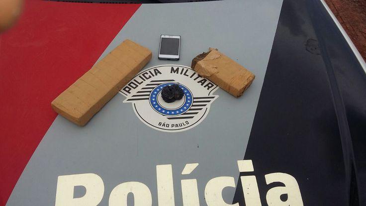 Polícia Militar de Itatinga prende casal em ônibus com 1 quilo de maconha - Na tarde dessa terça-feira, 13, por volta das 17:00 horas os soldados Vetuce e Reginaldo, durante operação Visibilidade na entrada do município de Itatinga, abordaram um ônibus que vinha de Botucatu, momento em que suspeitaram de um rapaz de 21 anos e de uma mulher de 30 anos, já que o casal demon - http://acontecebotucatu.com.br/policia/policia-militar-de-itatinga-prende-casal-em-onibus-com-1