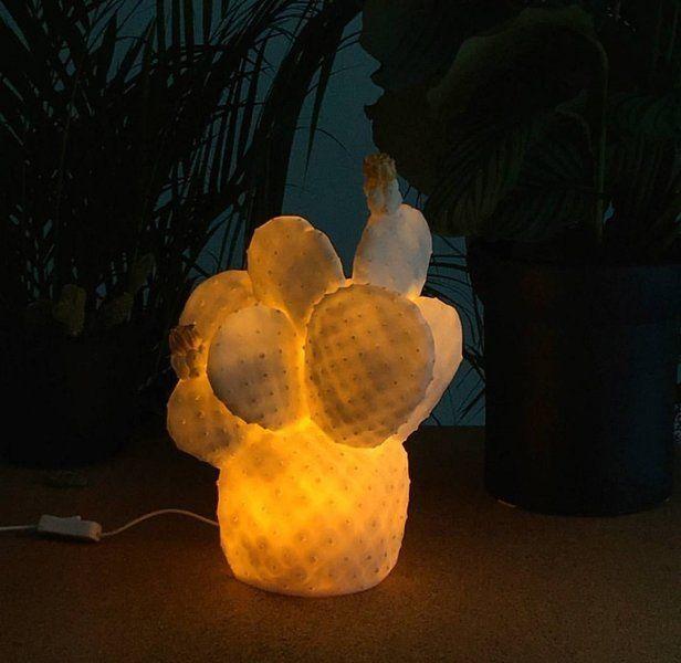Na de ananaslamp is er nu ook de cactus lamp! De decoratieve vorm en de kleurcombinatie brengen ambiance in je interieur. Olé! Het zachte LED-licht zorgt voor een gezellig warme gloed in huis. Gebruik de cactus als nachtlampje of als sfeerverlichting. De lampen worden in Spanje gemaakt van kunststof en met de hand beschilderd. Ze is verkrijgbaar in 2 kleuren. #LEDlight #cactus