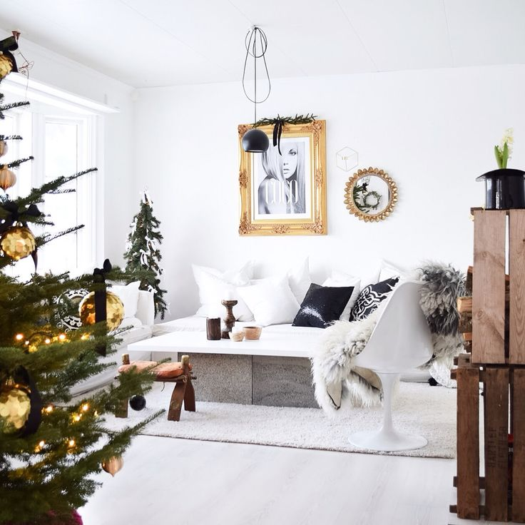 Livingroom eero saarinen gold vintage modern black white nature glam