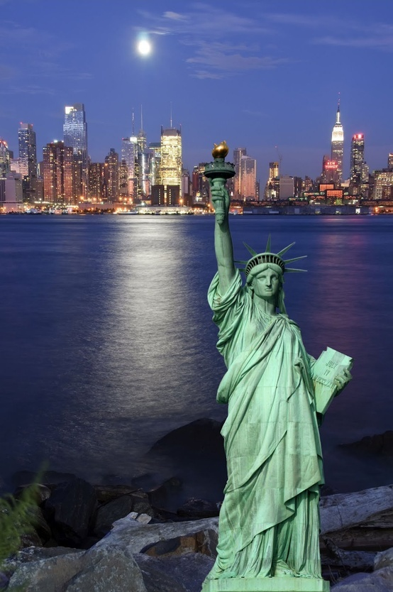 NUEVA YORK. Si has elegido Nueva York como tu próximo destino vacacional, habrás hecho bien, seguro que ya tienes en mente muchos de los rincones de esta ciudad que quieres visitar, ¿pero de verdad te vas a arriesgar a dejarte algún rincón sin conocer? Consulta nuestra gratuita guía de viaje de Nueva York, haz clic en la imagen y échale un ojo.