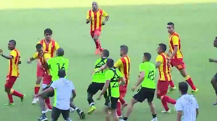 (Video) Batalla campal en un partido amistoso en el fútbol colombiano