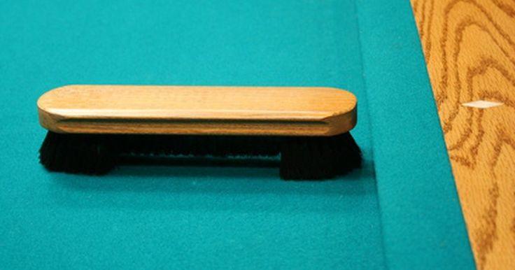 Cómo retapizar el fieltro de una mesa de billar y los cojines de las barandilla. El fieltro de tu mesa de billar, el cual en realidad es un paño tejido, en la mayoría de los casos, puede desgarrarse accidentalmente o desgastarse con el tiempo. Si ese es el caso, necesitas cambiarlo. La mayoría de las mesas de billar tienen fieltro no sólo en ésta sino también en los cojines de las bandas que la bordean. Si tienes que ...