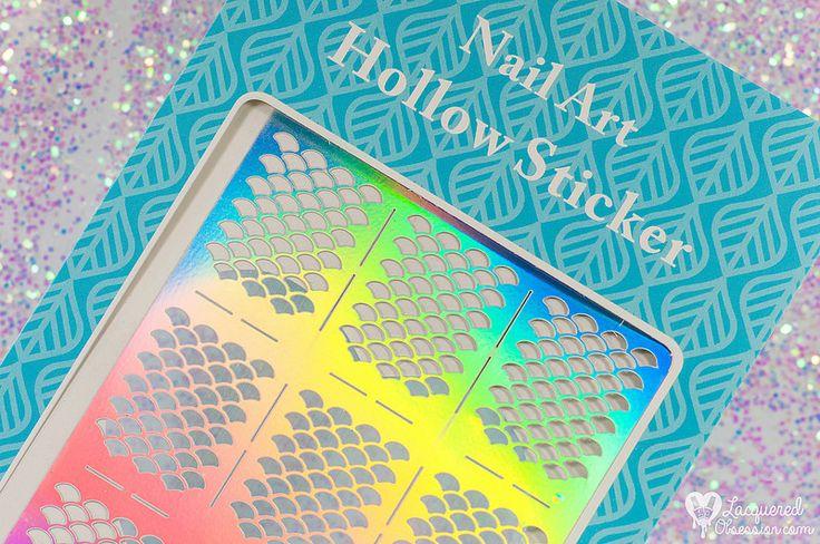 Born Pretty Store - Fish Scale Nail Vinyls   Nechty akoby pokryté trblietavými šupinami. To bol to dôvod prečo som vždy túžila vyskúšať takzvané nail vinyls.  Teda nálepky z rôzneho materiálu s rôznymi vyrezávanými vzormi. Najčastejšie sa lepia na nalakovaný farebný základ prelakujú sa ďalším lakom a opatrne odlepia pričom sa odkryje spodná farba. Ta-dá jednoduchý nail art je na svete :)  Dlho som sa chystala že si nejaké objednám od nespočetného množstva výrobcov (Twinkled T Nail Vinyls…