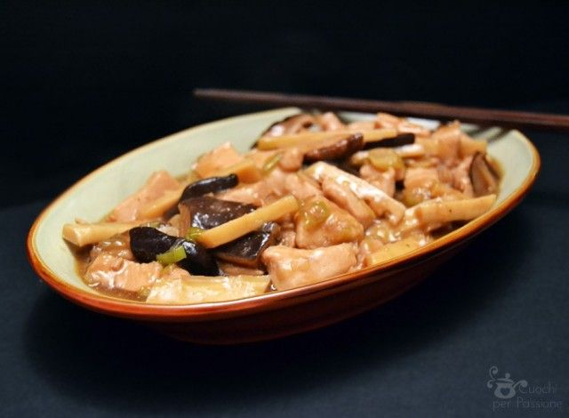 Oggi vi porto in Cina con un classico: il pollo con bambu e funghi shiitake, ottima alternativa al più conosciuto pollo alle mandorle. Noi lo abbiamo gustato con del riso bianco come accompagnamento e bevendo del thè verde non zuccherato, per una cena veramente cinese, ma se preferite potete bere anche della birra. I funghi shiitake, così come il bambu in germogli al naturale, li potete trovare nei negozi di cibo asiatico. Io questa volta li ho utilizzati secchi, ma, se li trovate, potete…