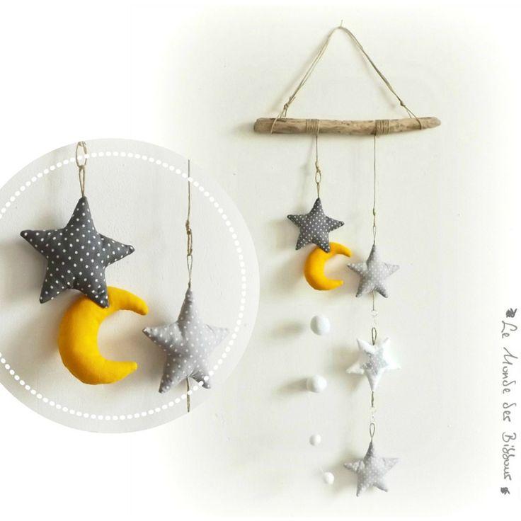 Etoiles tissus gris et blanc , lune jaune supendus sur bois flotté. Original, fait main .
