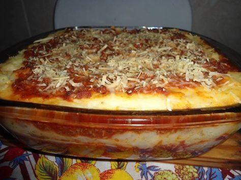 Massa:  - 1 kg de batata  - Sal  - Molho:  - 1 lata de extrato de tomate  - 1 copo americano de água  - 2 dentes de alho  - Sal  - Pimenta do reino  - 1 maço de cheiro verde e coentro  - 1 cebola média  - 1 pimentão pequeno  - 1 tomate  - 250 g de azeitona sem caroço  - Recheio:  - 500 g de presunto  - 400 g de queijo mussarela  - Queijo parmesão para colocar em cima