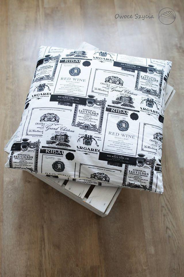 #owoceszycia Materiał retro w etykiety po winie, wymiary poduszki 50x50. | Handmade pillow, retro fabric.