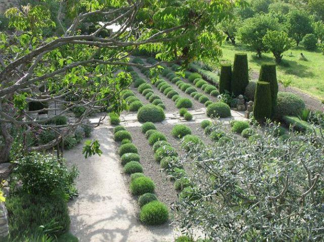 Jardin à La Française De La Louve Dans Le Lubéron