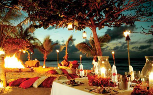 Uma forma diferente – e superdivertida – de comemorar seu aniversário de 15 anos é fazendo um grande luau. Esse tipo de festa temática é perfeito para quem faz aniversário no verão, basta calcular direitinho para evitar o período de grandes chuvas.    Você pode levar seus amigos mais próximos para uma praia legal e organizar uma festa na areia ou até mesmo se inspirar na decoração e reproduzir em um salão que conte com espaço a céu aberto, ou, melhor ainda, em um sítio. Vai ser incrível!