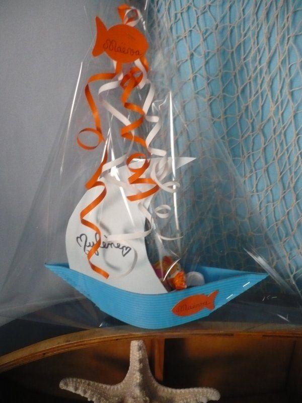 Des petites barques garnit de bonbons pour remercier les copinettes