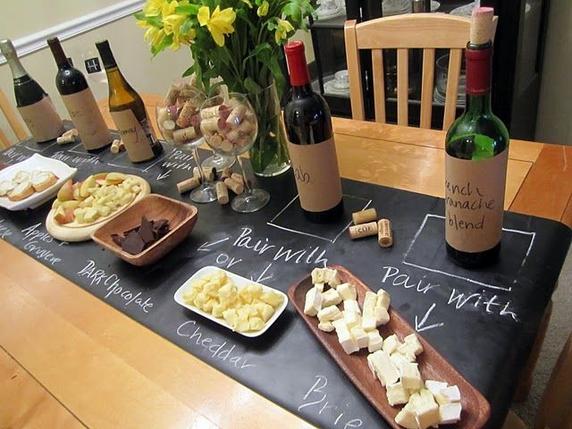 Noite de queijos e vinhos: o papel contact de lousa indicam quais vinhos combinam com os queijos e seus nomes.